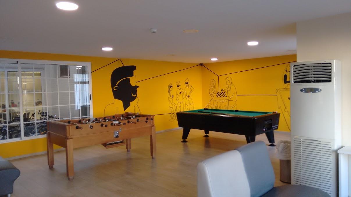 El colegio mayor ausias march redecora sus paredes for Vinilos pared valencia