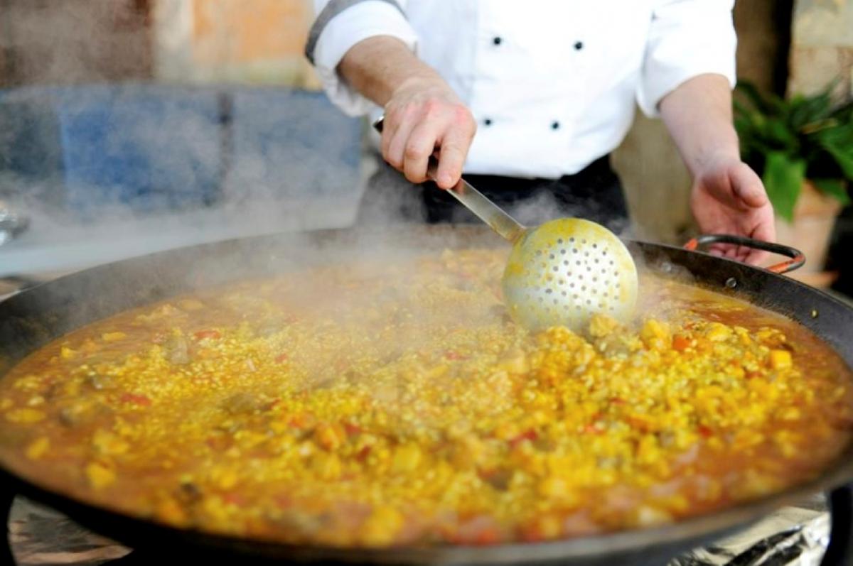aprende a cocinar una paella con el colegio mayor ausias