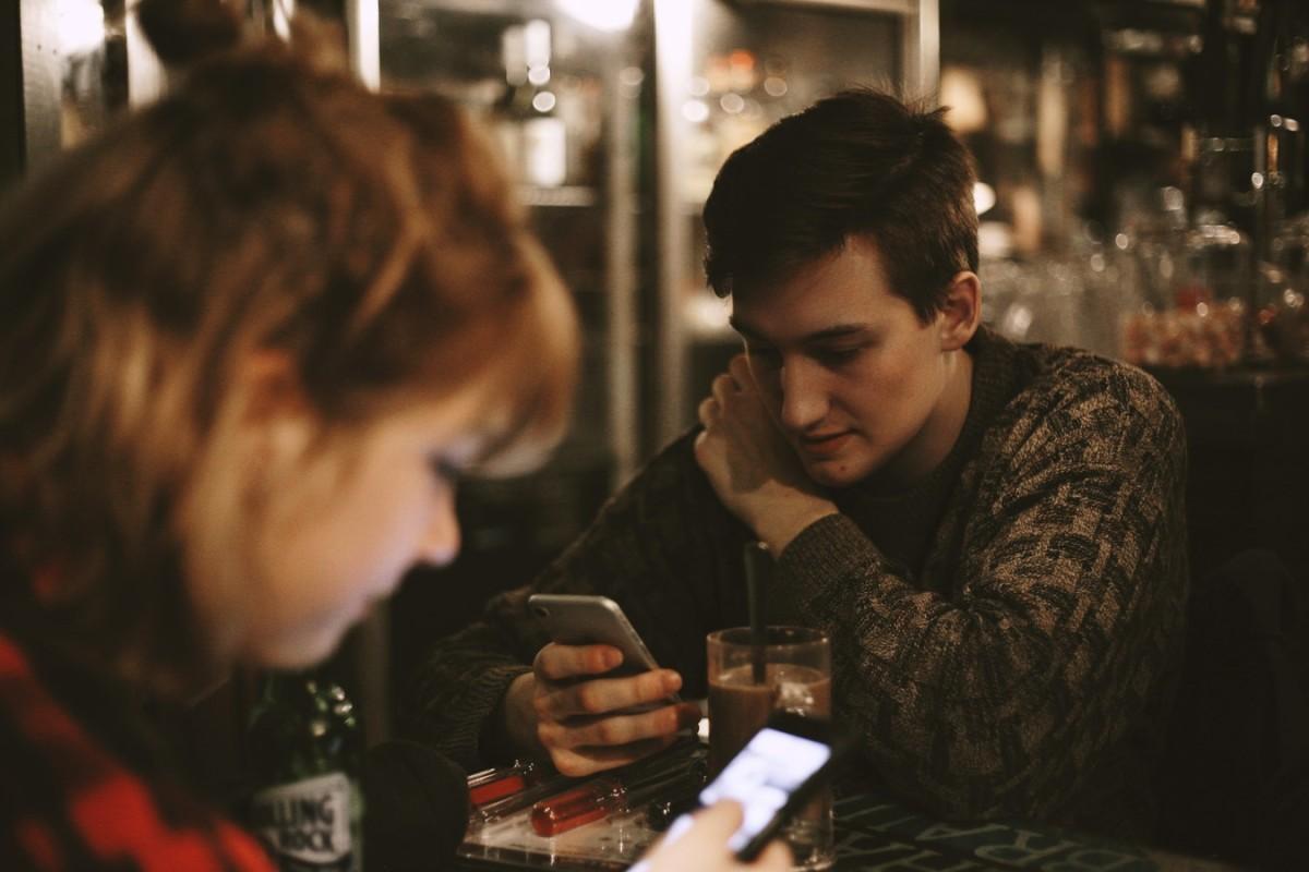 Los universitarios que más ligan con el móvil son los de Valencia y Barcelona