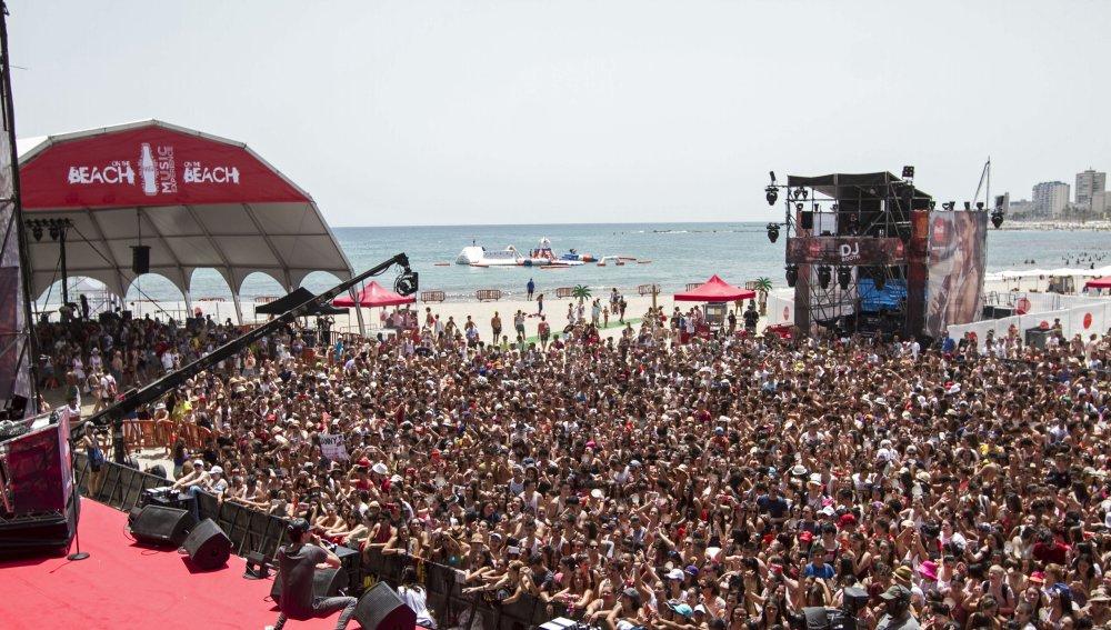 """GRA114. EL CAMPELLO (ALICANTE), 30/07/2016.-. El cantante Danny Romero en un momento de su actuación en el II """"Coca Cola Music Experience on the Beach"""", festival musical que se desarrolla en la playa Carrerlamar y reúne a una quincena de los principales grupos musicales del público joven, en El Campello. EFE/Pep García Morrell"""